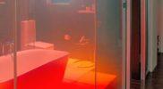 Beim Betreten des Badezimmers wird die Glaswand automatisch intransparent.